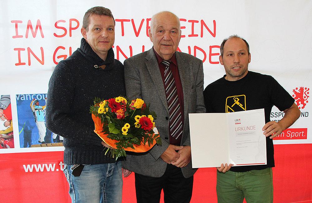 LSB-Präsident Peter Gösel (Mitte) überreicht die Aufnahmeurkunde an Tobias Pfeifer (links) und Stefan Anhalt.