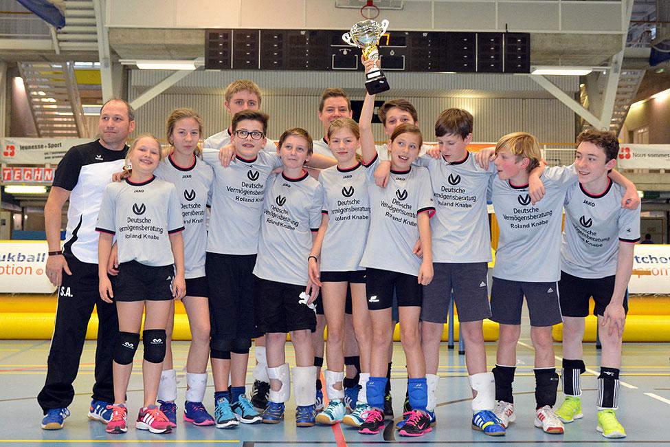 Das siegreiche Team des ASC Weimar freut sich in Genf über den Siegerpokal. Foto: S. Bruhin