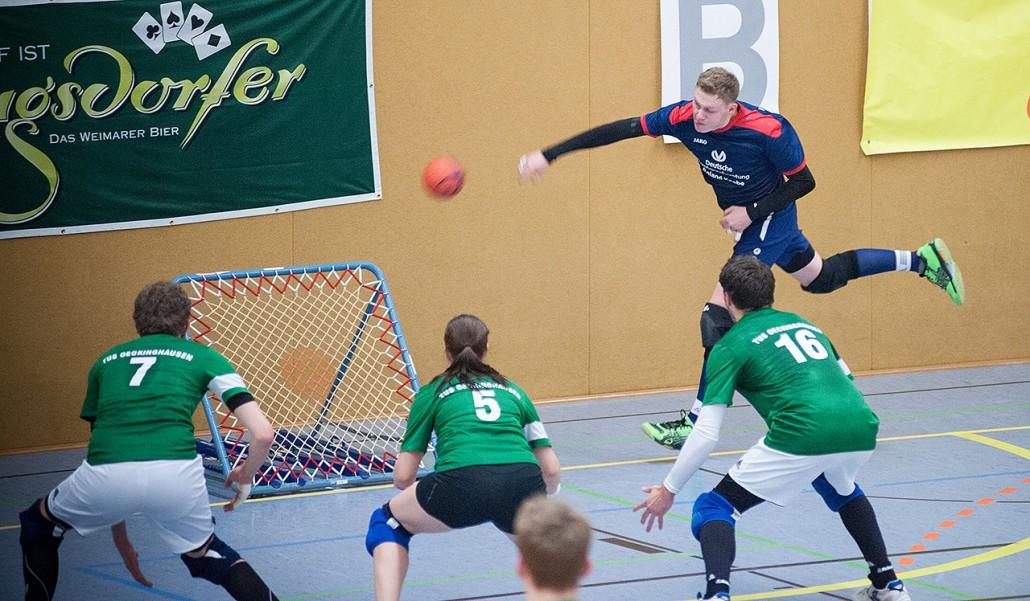 Die Verteidigung versucht den vom Netz zurückprallenden Ball zu verteidigen. Foto: Susann Fromm