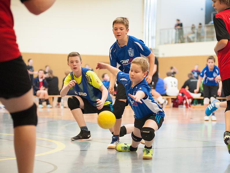 ünf Junioren-Teams lieferten sich spannende Spiele. In dieser Szene versuchen die Urbicher Jan Einnicke, Moritz Fromm und Jonas Langpater (von links) einen Wurf der Lenneper TG zu fangen. (Foto: