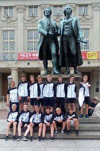 Die Jungen der M15 posierten im April während des Trainingslagers vor dem Goethe- und Schiller-Denkmal in Weimar.